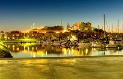 有靠码头的游艇的海滨广场 免版税库存图片
