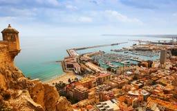 有靠码头的游艇的阿利坎特从城堡 西班牙 库存图片