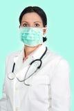 有面具和听诊器的,被隔绝的绿色医生 图库摄影