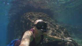 有面具和废气管的一个人和在水下的自由潜水 股票录像