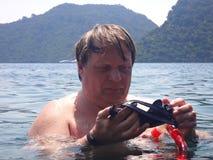 有面具和废气管的人潜水入海 库存图片