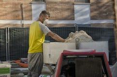 有面具混合的石灰和大麻的泥工 免版税库存图片