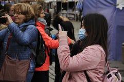 有面具的亚裔旅客 免版税图库摄影