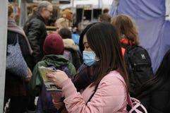 有面具的亚裔旅客 免版税库存照片