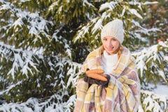 有面具的女孩在手冬天森林 免版税库存图片