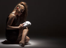 有面具的女性舞蹈家 图库摄影