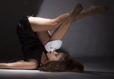 有面具的女性舞蹈家 免版税库存照片