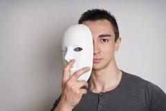 有面具的年轻人 库存照片