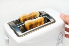 有面包切片的多士炉 图库摄影