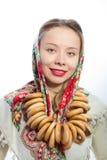 有面包圆环的美丽的俄国妇女 免版税库存照片