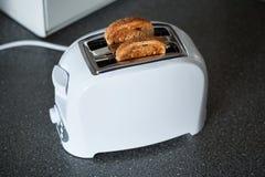 有面包片的一个多士炉 免版税图库摄影