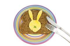 有面包片的板材和复活节兔子怂恿对此 库存照片
