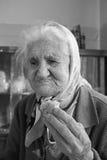 有面包片的老妇人 库存图片