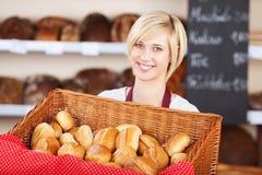 有面包篮子的女服务员在咖啡馆 图库摄影