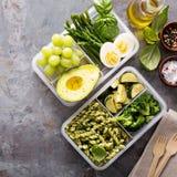 有面团和菜的素食膳食预习功课容器 图库摄影