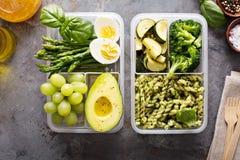 有面团和菜的素食膳食预习功课容器 免版税库存照片