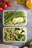 有面团和菜的素食膳食预习功课容器 免版税库存图片
