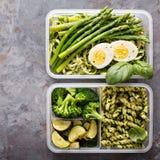 有面团和菜的素食膳食预习功课容器 库存照片