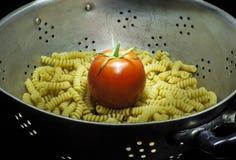 有面团和蕃茄的滤锅 免版税库存照片
