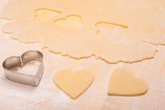 有面团心脏形状的切削刀  免版税库存图片
