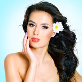 有面孔健康干净的皮肤的少妇  免版税库存照片