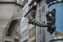 有面孔吹的壳垫铁的中世纪喷泉和小河在卢赛恩,瑞士浇灌 免版税图库摄影