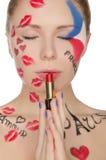 有面孔艺术的少妇在巴黎题材  免版税图库摄影