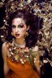有面孔艺术的秀丽从花兰花的妇女和首饰关闭,创造性的构成花卉样式背景 库存照片