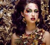 有面孔艺术的秀丽从花兰花的妇女和首饰关闭,创造性的构成花卉样式背景 库存图片