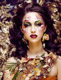 有面孔艺术的秀丽从花兰花clos的妇女和首饰 库存照片