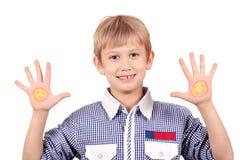 有面带笑容的男孩在手边 免版税库存照片