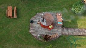有面汤木盆的室外公共浴室在围场,空中 股票录像