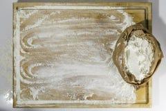 有面粉的切板 库存图片