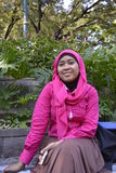 有面纱的微笑的女孩在公园 免版税库存图片