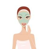 有面罩温泉护肤概念的美丽的愉快的妇女 库存图片