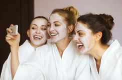 有面罩的三名年轻愉快的妇女在温泉渡假胜地 Frenship 免版税库存照片