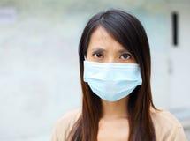 有面罩的亚裔妇女 免版税库存照片