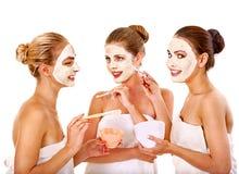 有面部面具的小组妇女 免版税库存图片