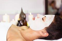 有面部面具的Prettyl妇女在美容院 7温泉 免版税图库摄影