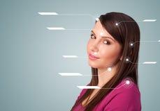 有面部治疗现代箭头的年轻性感的女孩 免版税库存图片