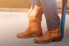 有鞋子的妇女在地面上 免版税库存照片