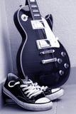 有鞋子的电吉他 免版税库存图片