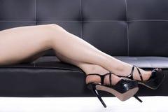 有鞋子的端庄的妇女腿 库存图片