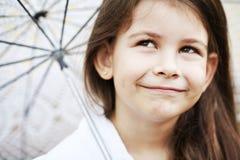 有鞋带伞的俏丽的女孩在白色衣服 免版税库存照片