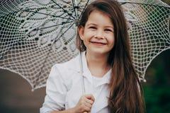 有鞋带伞的小女孩 免版税库存照片