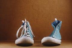 有鞋带的一双运动鞋和一个没有鞋带 图库摄影