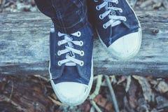 有鞋带的老运动鞋,腿 库存照片