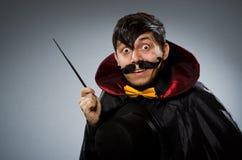 有鞭子的滑稽的魔术师人 免版税库存照片