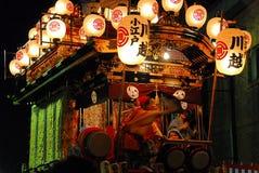 有音乐家和邪魔的节日浮游物在晚上 库存图片