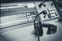 有音乐搅拌器控制台的耳机在演播室 库存照片